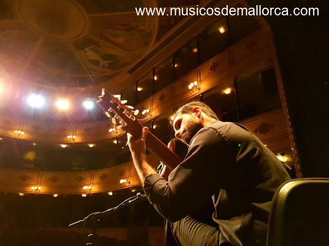 Clases de guitarra y ukelele en Palma/Guitar and ukulele lessons in Palma