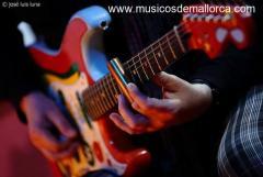 se dan clases de guitarra y bajo.estilos..bues,rock,indie..