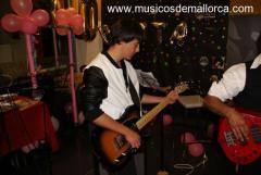 Se ofrece guitarrista de 18 años para grupo de rock o metal